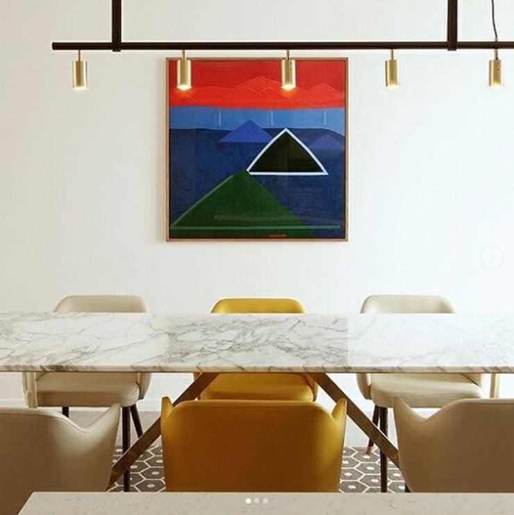 W형 유광 골드SUS 테이블-아라베스카토 라이트-900x2400,H750mm: MARBLEHOLIC의  다이닝 룸,