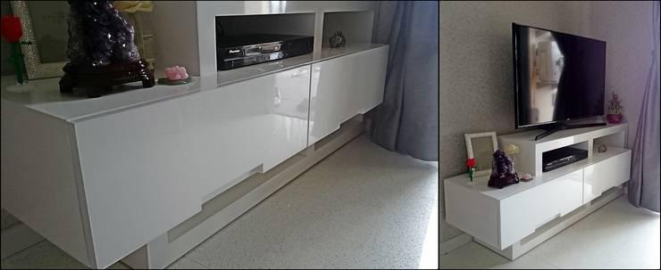 TV Kabinet:  Living room by De' Catoer design & build