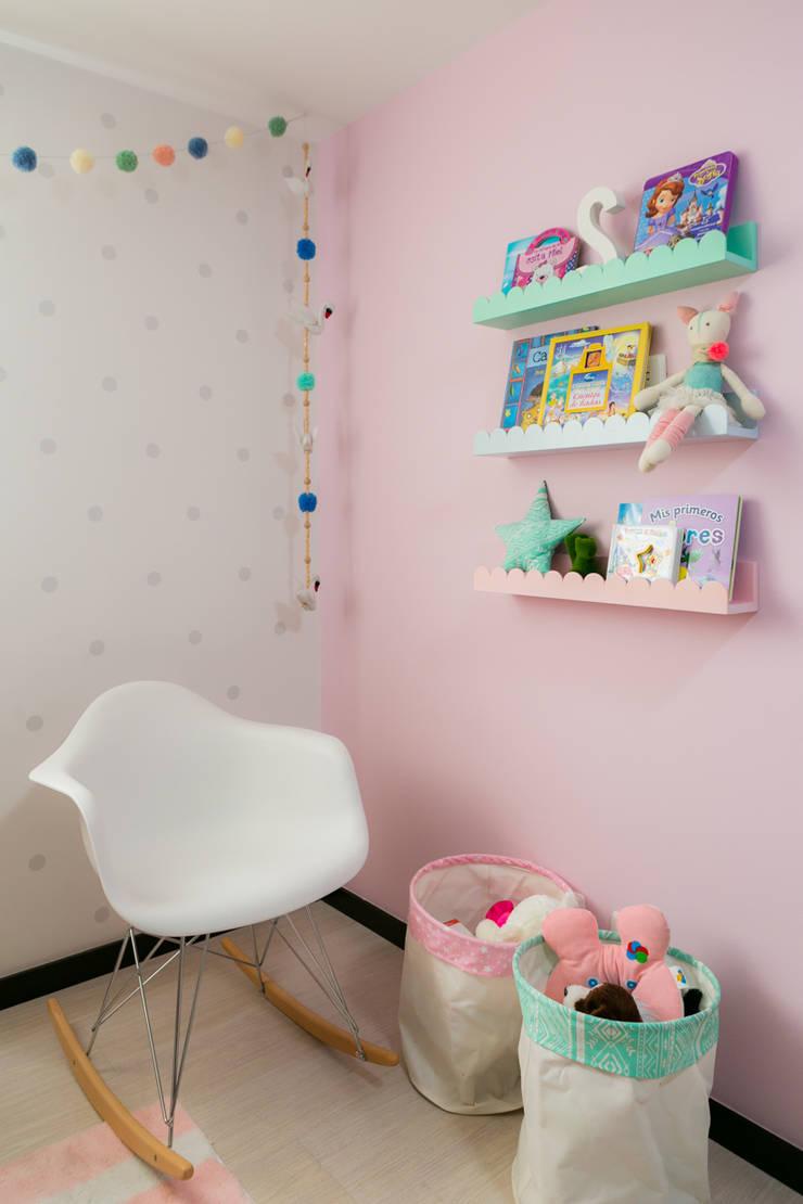 Cuarto de Sofia: Habitaciones infantiles de estilo  por Little One