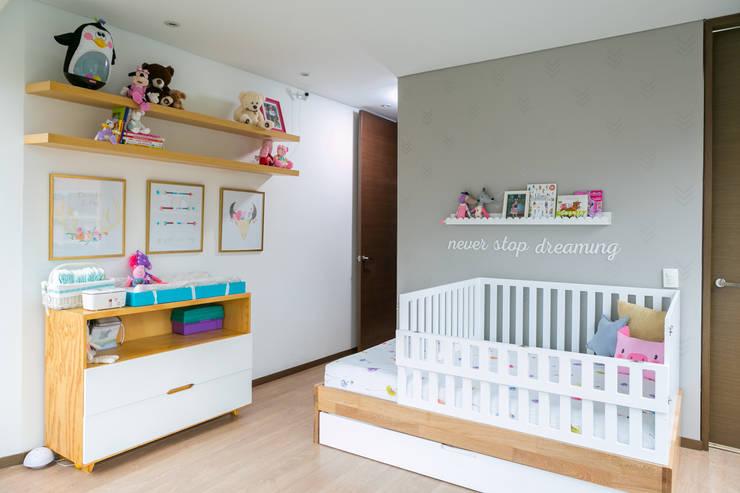 Cuarto de Hanna: Habitaciones infantiles de estilo  por Little One, Escandinavo
