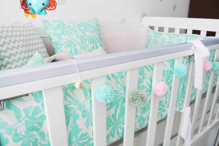 Cuarto de Emilia: Habitaciones infantiles de estilo  por Little One