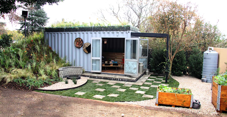 Container Living with rood garden:  Houses by Acton Gardens