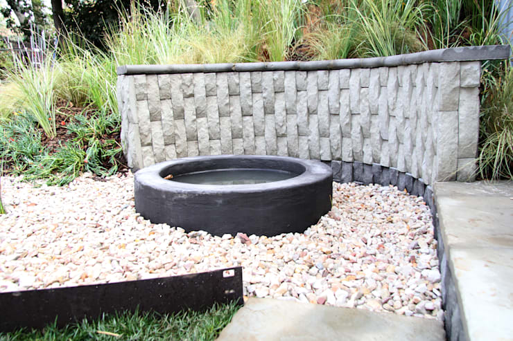 Water feature and retaining wall:  Garden  by Acton Gardens