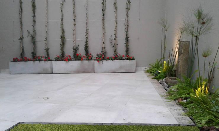Jardines de estilo  por Dhena CONSTRUCCION DE JARDINES