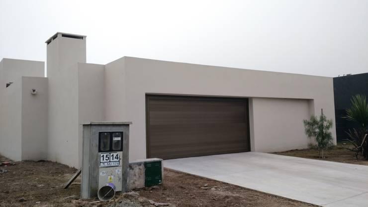 Proyecto Quincho en Las Rosas: Portones de garage de estilo  por ARBOL Arquitectos ,