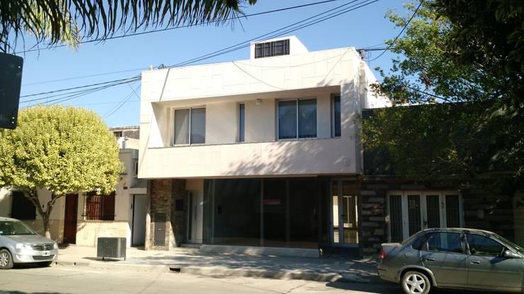 Oficinas P.B. y Vivienda P.A.: Casas de estilo  por ARBOL Arquitectos