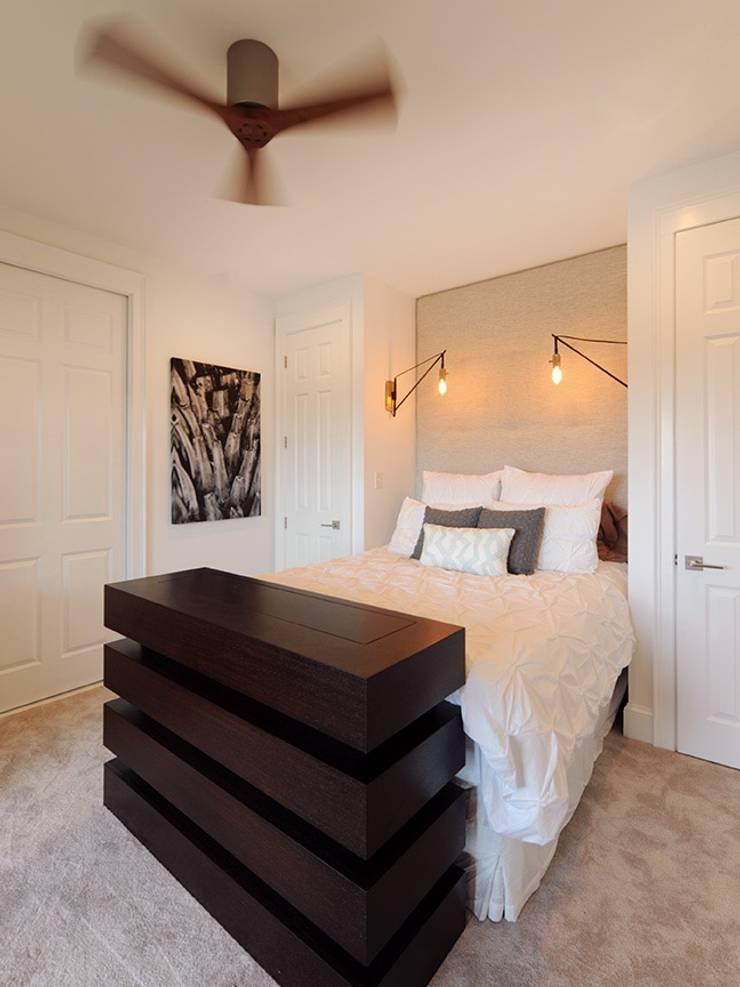 Modern Guest Bedroom:  Bedroom by Olamar Interiors, LLC