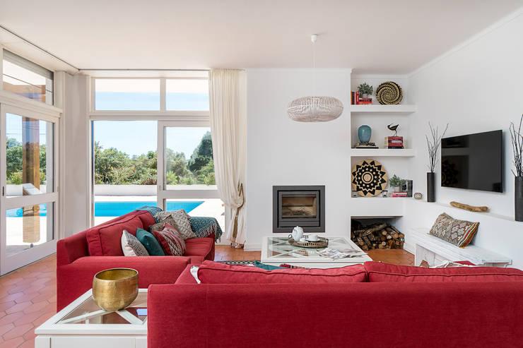 Sala de estar | Vista para o exterior: Salas de estar ecléticas por The Interiors Online