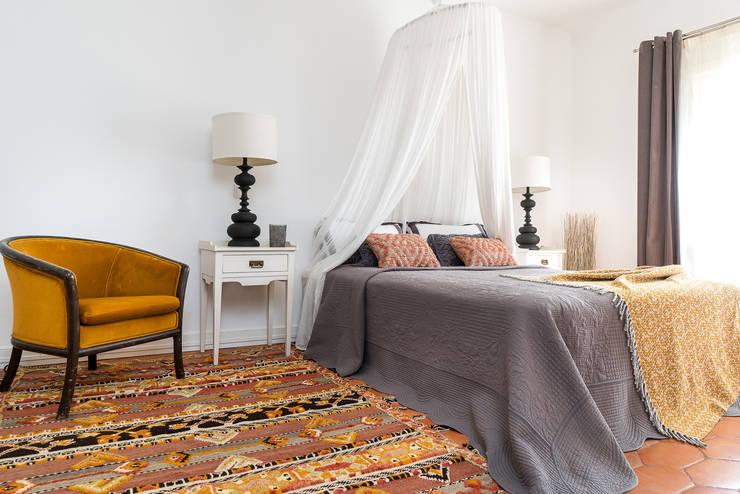 Quarto suite: Quartos  por The Interiors Online
