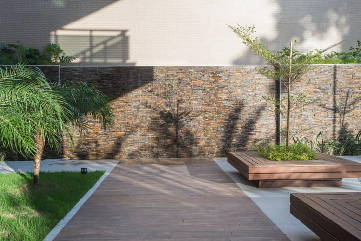 Jardins  por OIKE Arquitetos