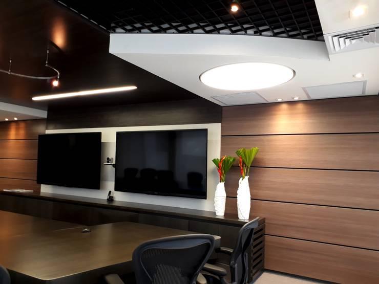 Diseño y construccion / Sala inteligente : Salas multimedia de estilo  por Savignano Design