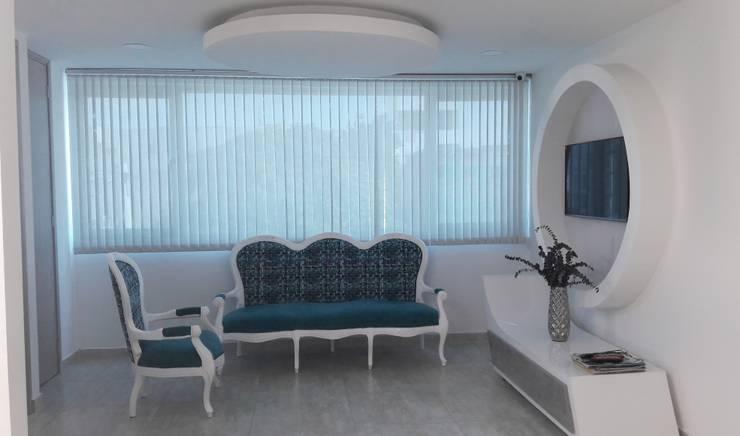 Diseño consultorio Cirujano PLastico Frank La Madrid sede Barranquilla: Estudios y despachos de estilo moderno por Savignano Design