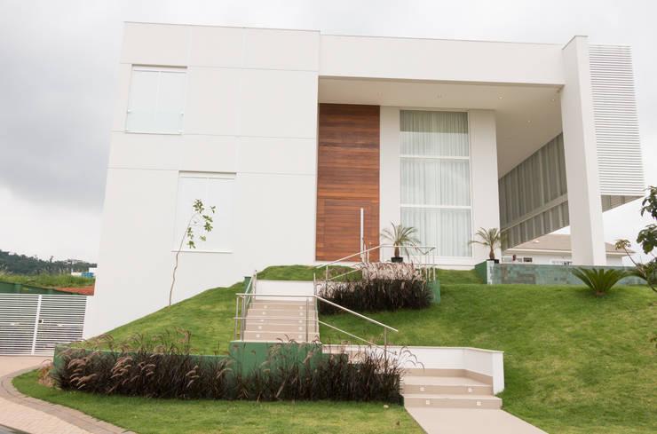 JC -  Condomínio Fazenda SerrAzul: Casas  por Araujo Moraes Engenharia Arquitetura
