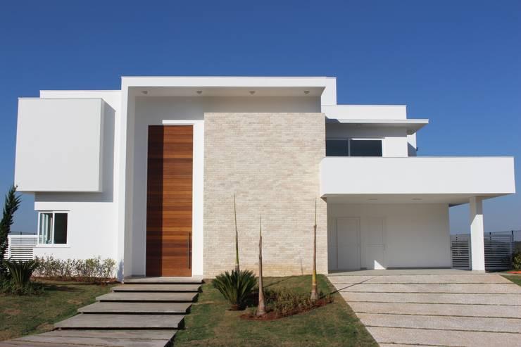 Residência Condomínio Fazenda SerrAzul _ AS: Casas  por Araujo Moraes Engenharia Arquitetura