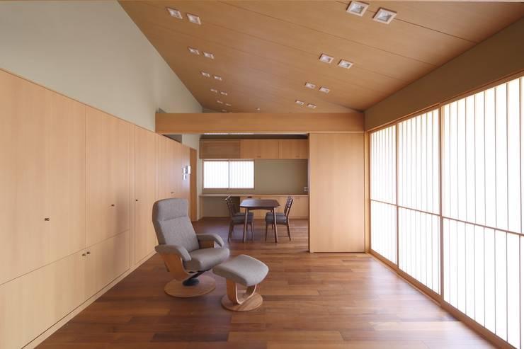 和風住宅リビング: 株式会社 北島建築設計事務所が手掛けたリビングです。