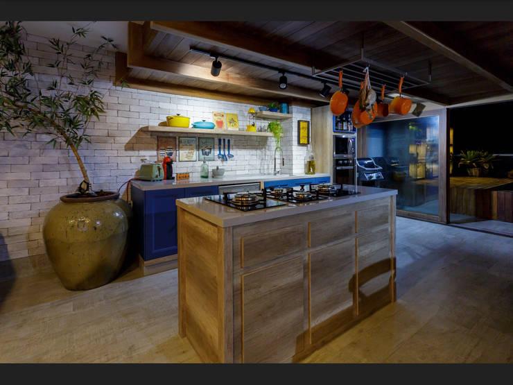 Ilha para cooktop: Cozinhas  por Montenegro Arquitetura