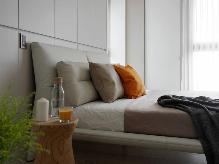 L HOUSE:  臥室 by 夏沐森山設計整合