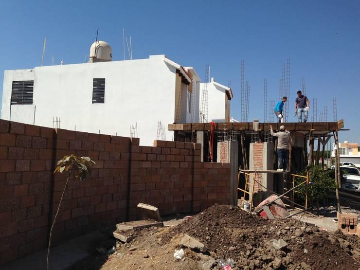 MUROS PLANTA BAJA: Casas de estilo moderno por Arquitectura-Construcciòn Godwin