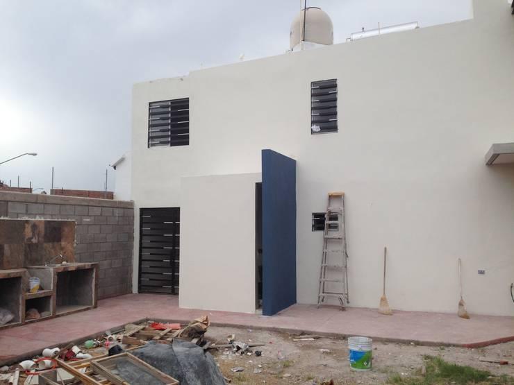 CONSTRUCCIÓN DE SANITARIO Y ASADOR EN ÁREA DE JARDÍN: Casas de estilo moderno por Arquitectura-Construcciòn Godwin