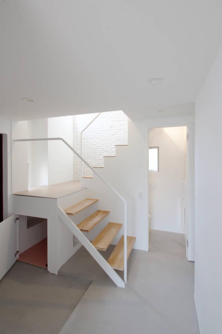 Modern Corridor, Hallway and Staircase by SeijiIwamaArchitects Modern Concrete