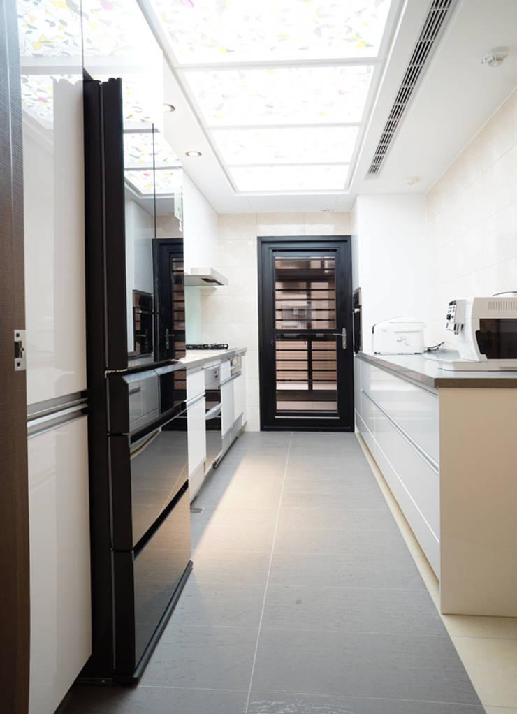 全室案例-新北市張宅:  廚房 by ISQ 質の木系統家具