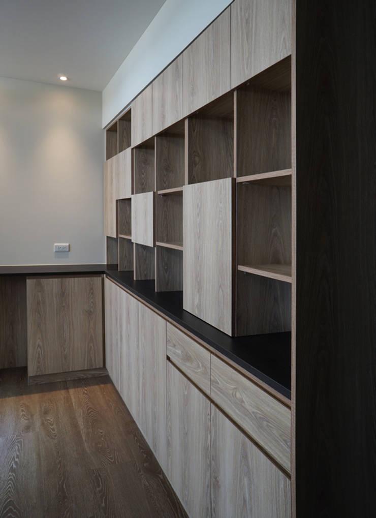 Pasillos y vestíbulos de estilo  por ISQ 質の木系統家具