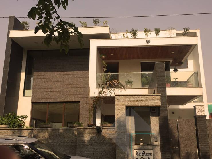 KIRTI BHAWAN:  Houses by APT Designs