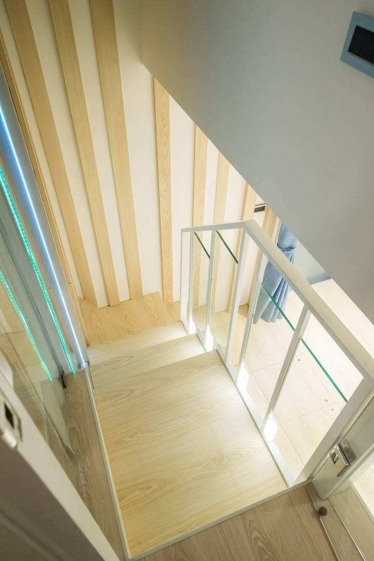 錯層,誕生的喜悅-黃宅:  走廊 & 玄關 by DS&BA Design Inc 伊國設計
