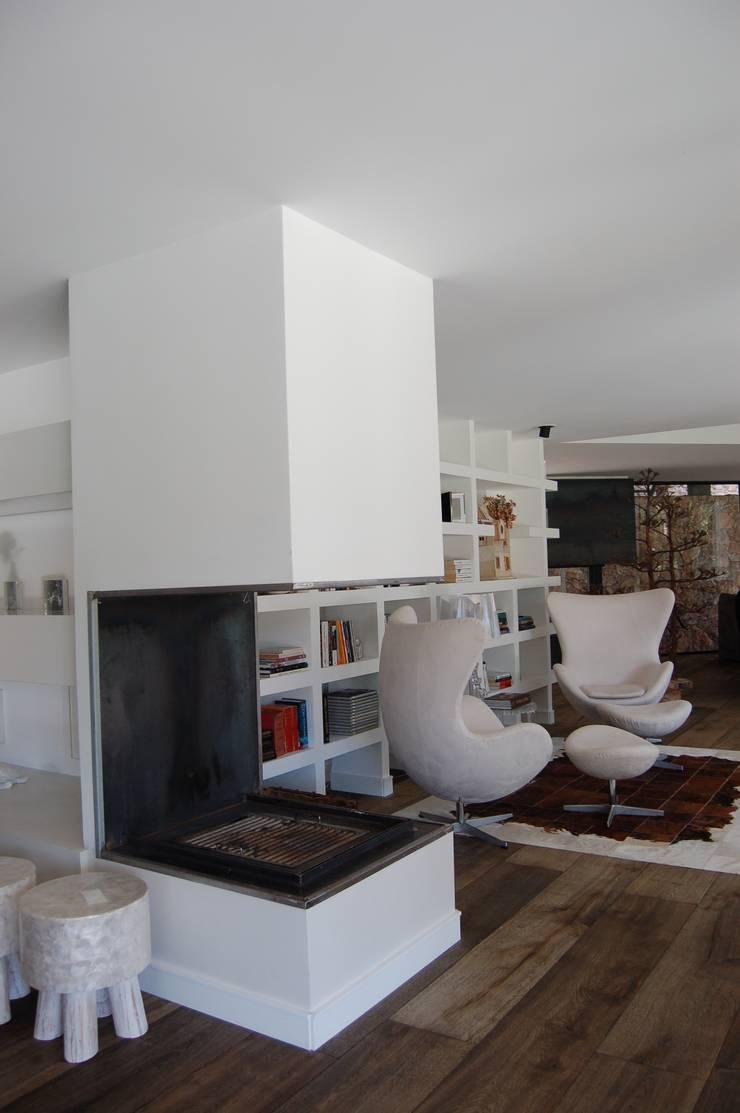 Moradia Unifamiliar: Sala de estar  por Archiultimate, architecture & interior design