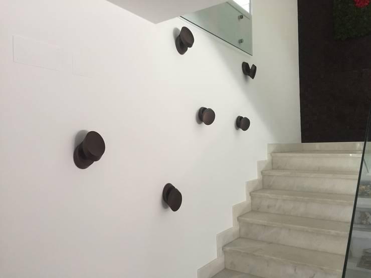 Moradia Unifamiliar: Corredor, hall e escadas  por Archiultimate, architecture & interior design