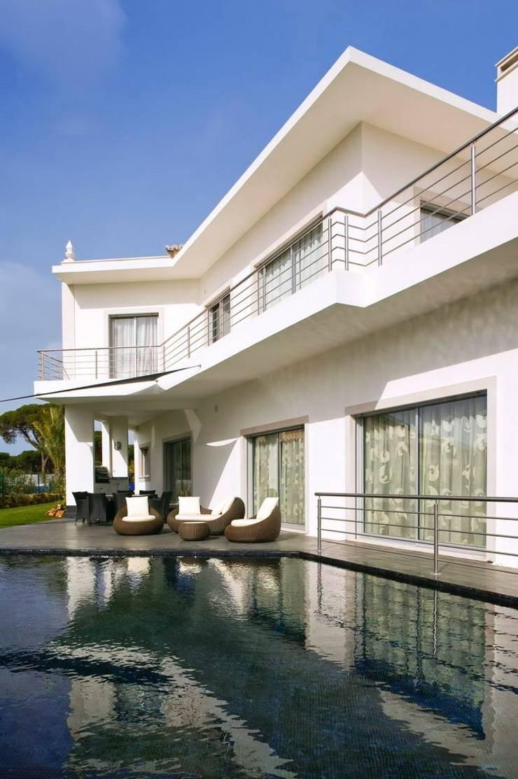 Moradia Unifamiliar: Casas  por Archiultimate, architecture & interior design