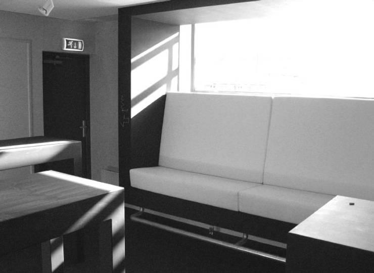 Lounge bank en tafels voor de Academie van Bouwkunst in Groningen.:  Studeerkamer/kantoor door Huting & De Hoop