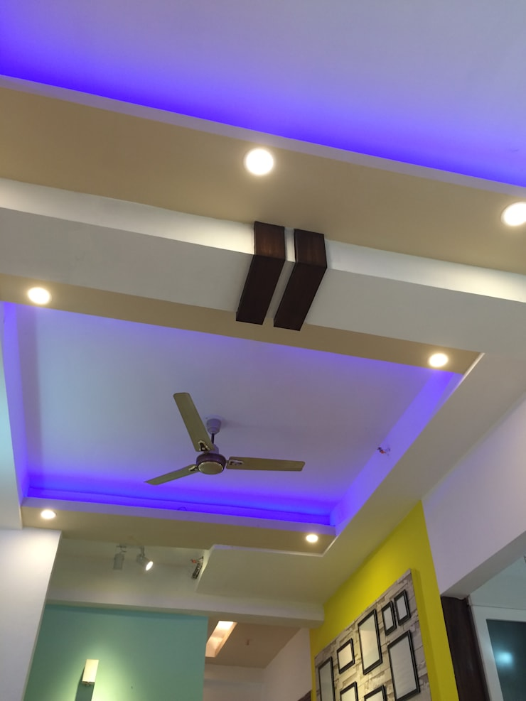 false ceiling:  Living room by Pee Cee Interiors