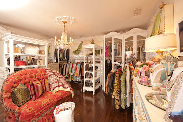 Walk in closet de estilo  por Kellie Burke Interiors