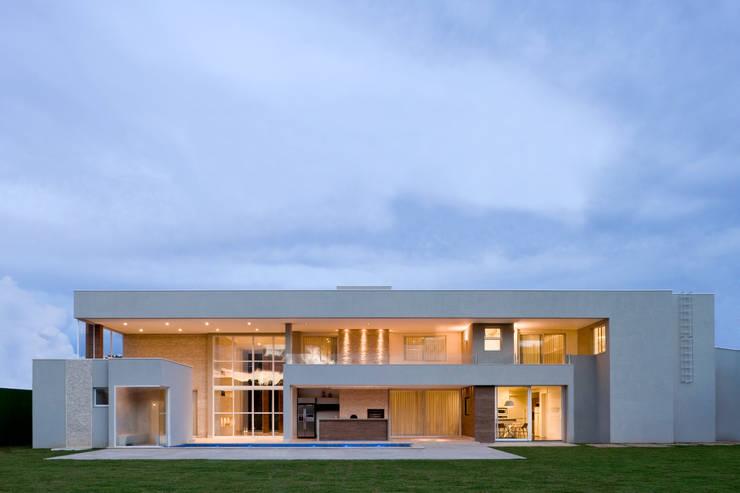 Residência em Brasília: Casas  por Rosset Arquitetura