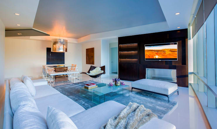 Skyline Flat in Rosslyn:  Living room by FORMA Design Inc.