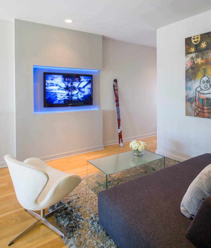 Loft in Arlington :  Media room by FORMA Design Inc.