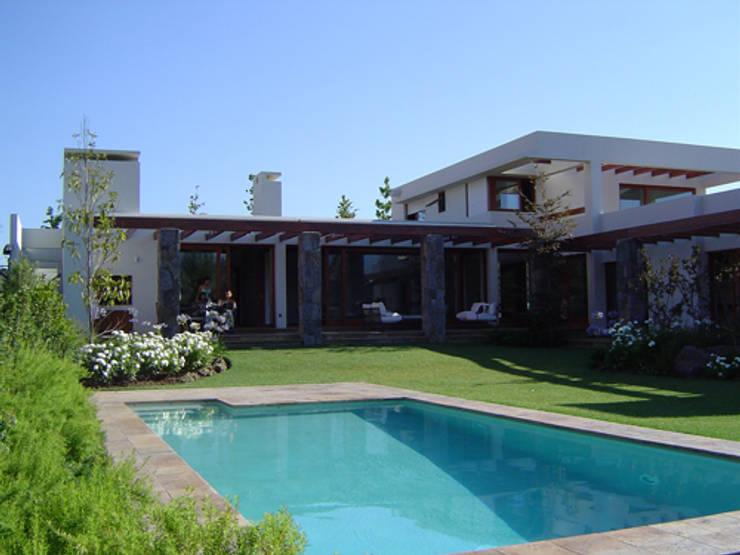 Casa Trucco: Casas de estilo  por AOG SPA