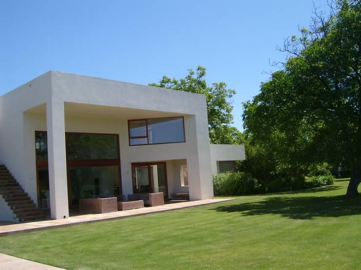 Casa Masay: Casas de estilo  por AOG SPA