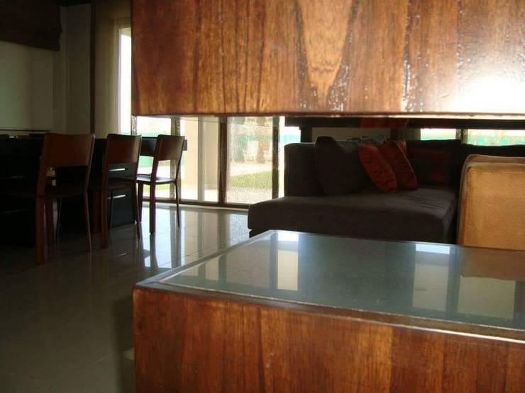 Mueble separador ambientes: Pasillos y recibidores de estilo  por Estudio Karduner Arquitectura