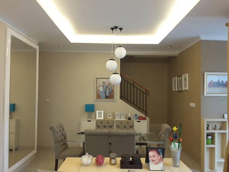 Dining Room:  Ruang Makan by Vaastu Arsitektur Studio