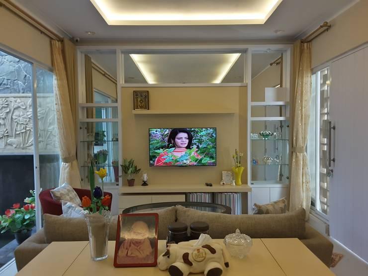 Living Room:  Ruang Keluarga by Vaastu Arsitektur Studio