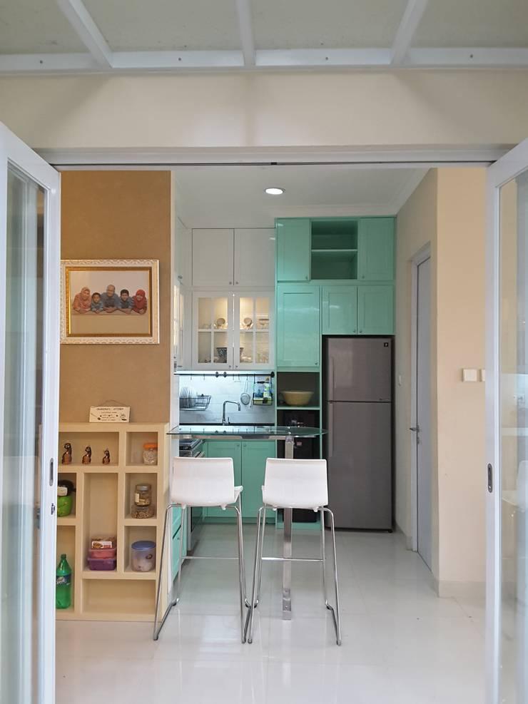 Renovasi Rumah Tinggal Cherryville – Grand Wisata . Tambun:  Dapur by Vaastu Arsitektur Studio