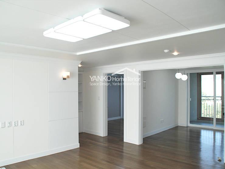 용인 동백동 동원로얄듀크 44평 아파트: 얀코인테리어의  거실,