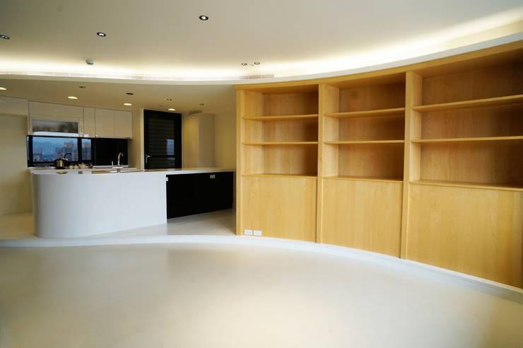 全室案例-新北市王宅:  客廳 by ISQ 質の木系統家具