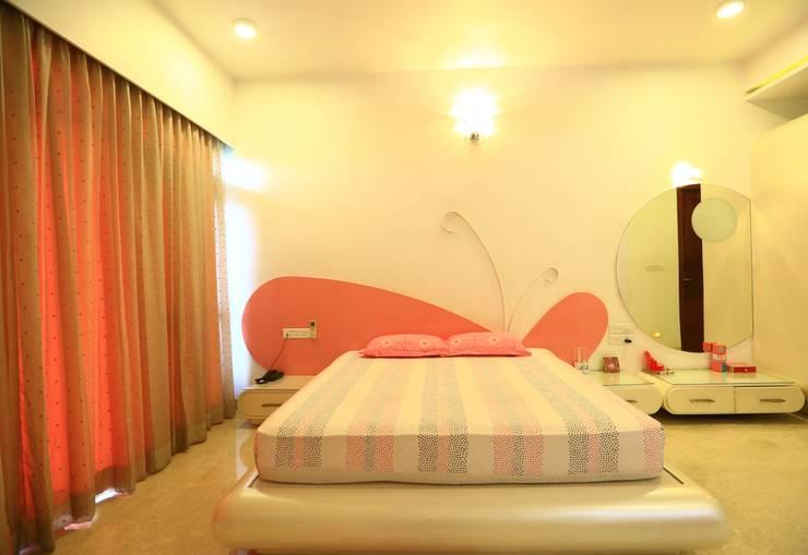 Girls Bedroom:  Bedroom by Space Trend