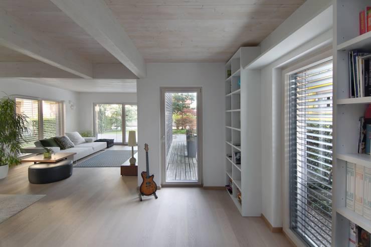 Casa SG: Soggiorno in stile  di Studio Ecoarch