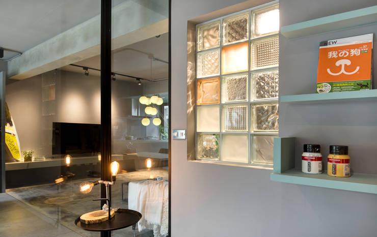 玻璃磚運用混搭:  書房/辦公室 by 磨設計