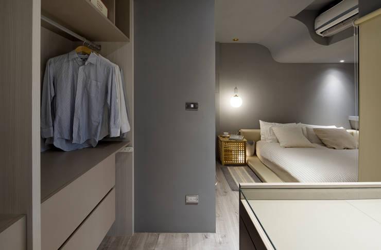 灰色牆面的沉靜個性:  臥室 by 磨設計