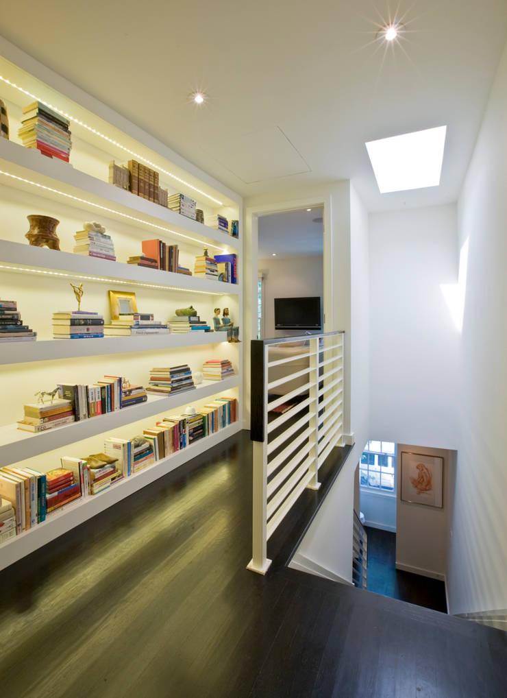 Tenleytown Rowhouse:  Corridor & hallway by FORMA Design Inc.